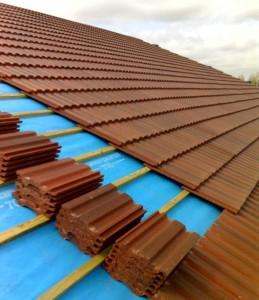 Dachziegel liegen fertig auf einem zu deckenden Dach.